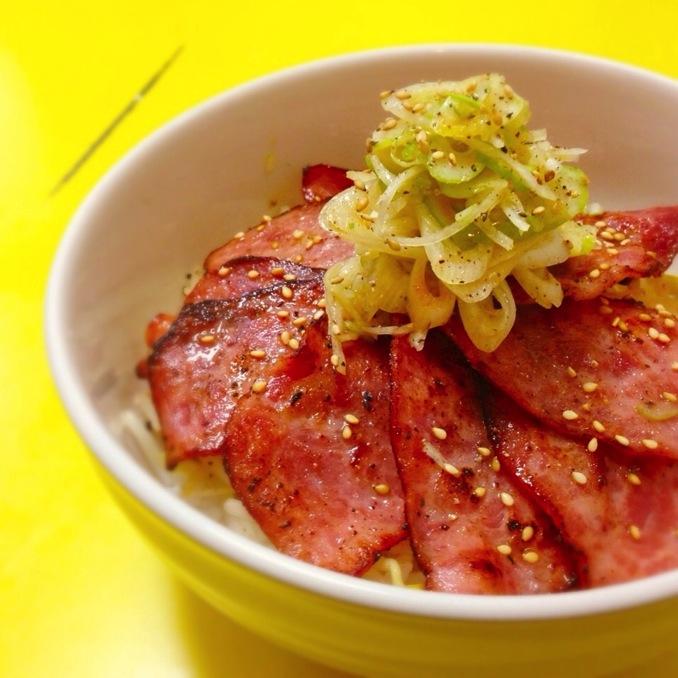 ハム料理第四弾!こんがりジューシーグリルハムのレモン塩ダレ丼!【ある日のカフェ飯:007】