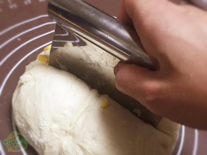 パン生地をカット
